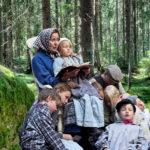 Mummu ja lapset_metsa