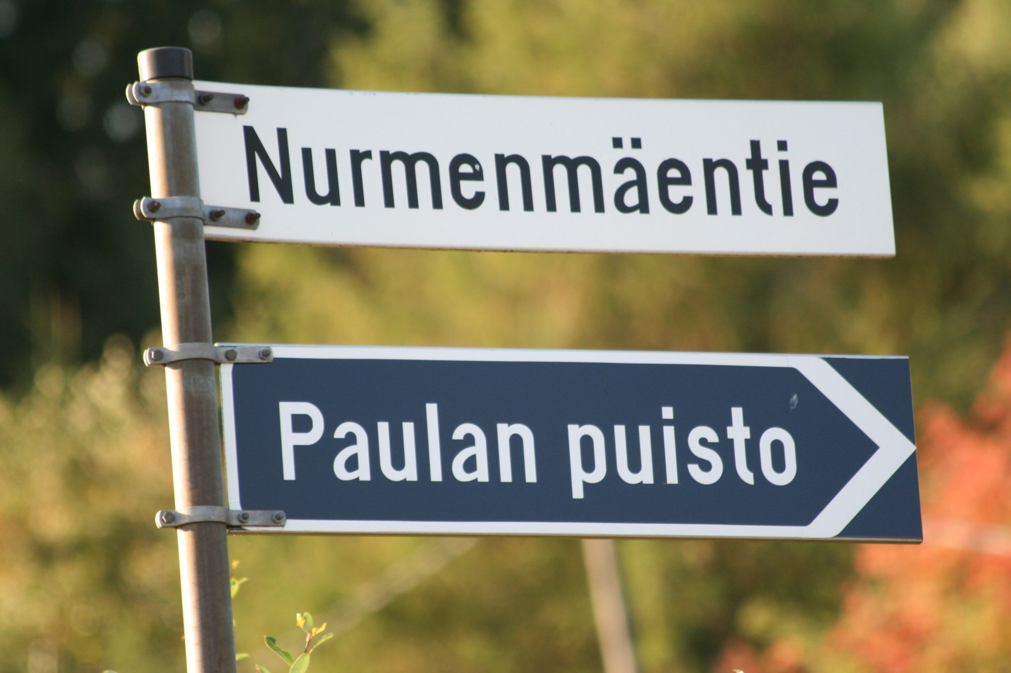 Paulan puiston kyltti Nurmenmäentien alussa